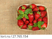 Купить «Strawberry and mint leaves in basket on canvas», фото № 27765154, снято 20 июля 2019 г. (c) PantherMedia / Фотобанк Лори