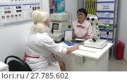 Врач-оптометрист подбирает линзы для очков женщине-пациентке (2018 год). Редакционное видео, видеограф Виктор Карасев / Фотобанк Лори