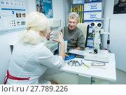 Купить «Мужчина на приеме у врача-оптометриста», фото № 27789226, снято 13 февраля 2018 г. (c) Ольга Визави / Фотобанк Лори