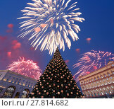 Купить «Fireworks over the Christmas (New Year holidays) decoration Lubyanskaya (Lubyanka) Square in the evening, Moscow, Russia», фото № 27814682, снято 4 января 2018 г. (c) Владимир Журавлев / Фотобанк Лори