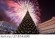 Купить «Fireworks over the Christmas (New Year holidays) decoration Lubyanskaya (Lubyanka) Square in the evening, Moscow, Russia», фото № 27814690, снято 4 января 2018 г. (c) Владимир Журавлев / Фотобанк Лори