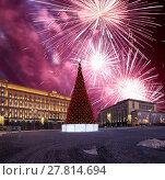 Купить «Fireworks over the Christmas (New Year holidays) decoration Lubyanskaya (Lubyanka) Square in the evening, Moscow, Russia», фото № 27814694, снято 4 января 2018 г. (c) Владимир Журавлев / Фотобанк Лори