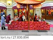 Купить «Celebrating Chinese New Year in State Department Store. Tea shop and  souvenirs shop», фото № 27830894, снято 13 февраля 2018 г. (c) Валерия Попова / Фотобанк Лори
