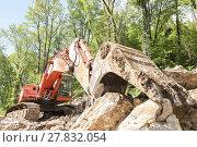 Купить «Excavator with big shovel to work with rocks», фото № 27832054, снято 16 июля 2019 г. (c) PantherMedia / Фотобанк Лори