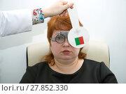 Купить «Женщина проверяет зрение на приеме у врача-окулиста», фото № 27852330, снято 14 февраля 2018 г. (c) Виктор Карасев / Фотобанк Лори