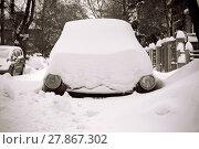 Купить «Car stuck in snow on a street with only headlights showing», фото № 27867302, снято 20 февраля 2018 г. (c) PantherMedia / Фотобанк Лори