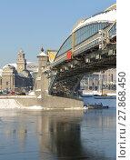 Bogdan Khmelnitsky (Kievsky) Pedestrian Bridge (2001) in background of Kievsky railway station (2018 год). Редакционное фото, фотограф Валерия Попова / Фотобанк Лори
