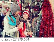 Купить «Ordinary woman with small daughter in market», фото № 27879654, снято 21 сентября 2018 г. (c) Яков Филимонов / Фотобанк Лори