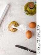 Купить «Raw egg  with herbs in the transparent bag», фото № 27890370, снято 24 июля 2019 г. (c) PantherMedia / Фотобанк Лори