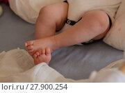 Купить «Baby hält Füsse übereinander», фото № 27900254, снято 27 марта 2019 г. (c) PantherMedia / Фотобанк Лори