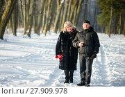 Счастливая пара. Немолодые мужчина и женщина средних лет  на прогулке в зимним лесу. Стоковое фото, фотограф Игорь Низов / Фотобанк Лори