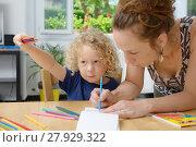 Купить «blond boy draws with his mom», фото № 27929322, снято 17 октября 2018 г. (c) PantherMedia / Фотобанк Лори