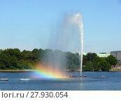 Купить «fountain with rainbow on the inner alster lake in hamburg», фото № 27930054, снято 27 мая 2019 г. (c) PantherMedia / Фотобанк Лори