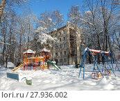 Купить «Детская площадка после снегопада во дворе жилых домов на 3-ей Парковой улице. Район Северное Измайлово. Город Москва», эксклюзивное фото № 27936002, снято 6 февраля 2018 г. (c) lana1501 / Фотобанк Лори
