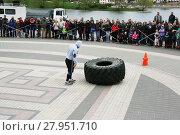 Купить «Тракторное колесо - снаряд на турнире по силовому экстриму», фото № 27951710, снято 9 мая 2017 г. (c) Марина Шатерова / Фотобанк Лори