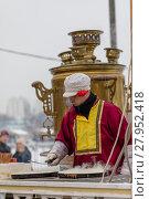 Купить «Приготовление блинов на Масленицу в Коломенском парке в Москве», фото № 27952418, снято 17 февраля 2018 г. (c) Светлана Голинкевич / Фотобанк Лори