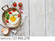 Купить «Fried egg with tomatoes and herbs n a old frying pan», фото № 27956278, снято 20 марта 2019 г. (c) PantherMedia / Фотобанк Лори