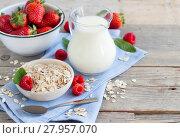 Купить «Rolled oats in a bowl with berries  and milk», фото № 27957070, снято 24 марта 2018 г. (c) PantherMedia / Фотобанк Лори