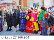 Купить «Люди на масленице», эксклюзивное фото № 27966954, снято 17 февраля 2018 г. (c) Иван Карпов / Фотобанк Лори