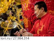 Купить «Китайский мастер Цзинь Вэнчан делает фигурки из горячей жидкой карамели, китайское «карамельное» народное искусство», фото № 27984314, снято 17 февраля 2018 г. (c) Николай Винокуров / Фотобанк Лори