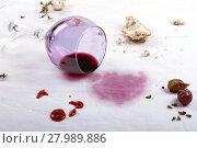Купить «stains on tablecloth of spilled wine glass and food», фото № 27989886, снято 26 мая 2018 г. (c) PantherMedia / Фотобанк Лори