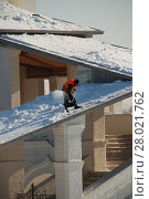 Купить «Рабочий очищает крышу от скопившегося снега. Церковь Вознесения Господня в Коломенском парке в Москве», эксклюзивное фото № 28021762, снято 1 марта 2011 г. (c) lana1501 / Фотобанк Лори