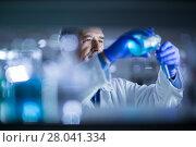 Купить «Senior male researcher carrying out scientific research in a lab», фото № 28041334, снято 21 сентября 2018 г. (c) PantherMedia / Фотобанк Лори