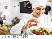 Купить «Woman chef serving fresh salad», фото № 28047910, снято 18 июля 2018 г. (c) Яков Филимонов / Фотобанк Лори