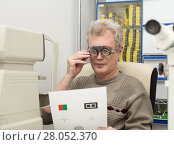 Купить «Mature man checks eyesight in an ophthalmic clinic», фото № 28052370, снято 13 февраля 2018 г. (c) Юлия Бабкина / Фотобанк Лори