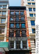 Купить «Нью-Йорк, Манхэттен. Традиционные для старых американских городов пожарные лестницы на фасаде дома. Бродвей, дом 547.», фото № 28054090, снято 24 августа 2017 г. (c) Сергей Рыбин / Фотобанк Лори
