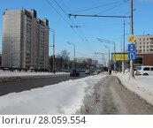 Купить «Щёлковское шоссе и неочищенный от снега тротуар, вид со стороны района Гольяново. Город Москва», эксклюзивное фото № 28059554, снято 21 февраля 2018 г. (c) lana1501 / Фотобанк Лори