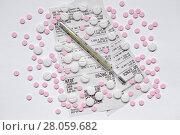 Купить «Таблетки и градусник на фоне аптечных чеков», фото № 28059682, снято 2 января 2018 г. (c) Роман Рожков / Фотобанк Лори