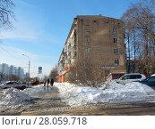 Купить «Пятиэтажный четырёхподъездный кирпичный жилой дом серии I-511 (1965 г.). Зелёный проспект, 39, корпус 1. Район Новогиреево. Город Москва», эксклюзивное фото № 28059718, снято 14 февраля 2018 г. (c) lana1501 / Фотобанк Лори