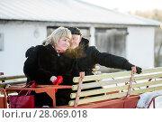 Счастливая пара. Симпатичные мужчина и женщина среднего возраста сидят на телеге (2018 год). Редакционное фото, фотограф Игорь Низов / Фотобанк Лори