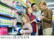 Купить «Positive family buying pasteurized milk», фото № 28070674, снято 20 мая 2019 г. (c) Яков Филимонов / Фотобанк Лори