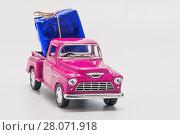 Купить «Retro car pickup with  gift box isolated», фото № 28071918, снято 1 декабря 2016 г. (c) Tetiana Chugunova / Фотобанк Лори