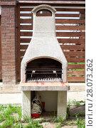 Купить «Садовая печь для барбекю во внутреннем дворе таунхауса», фото № 28073262, снято 22 мая 2011 г. (c) Кекяляйнен Андрей / Фотобанк Лори