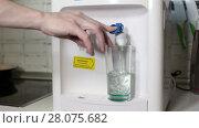 Купить «Человек наливает холодную воду в стакан из кулера на кухне», видеоролик № 28075682, снято 26 февраля 2018 г. (c) Кекяляйнен Андрей / Фотобанк Лори