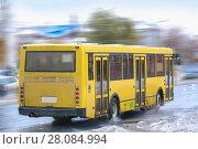 Купить «Bus goes down the street in the winter», фото № 28084994, снято 19 октября 2014 г. (c) Юрий Бизгаймер / Фотобанк Лори