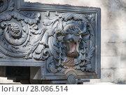 Купить «Орудийный лафет старинной пушки с барельефом головы быка в Московском Кремле», фото № 28086514, снято 26 сентября 2015 г. (c) Алёшина Оксана / Фотобанк Лори