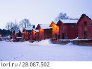 Старинные здания на берегу реки в зимние сумерки. Порвоо, Финляндия (2018 год). Стоковое фото, фотограф Виктор Карасев / Фотобанк Лори