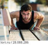 Купить «Athletic man doing press up exercises», фото № 28088286, снято 14 августа 2017 г. (c) Яков Филимонов / Фотобанк Лори