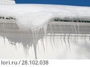 Купить «Сосульки и снег на крыше», эксклюзивное фото № 28102038, снято 24 февраля 2018 г. (c) Елена Коромыслова / Фотобанк Лори