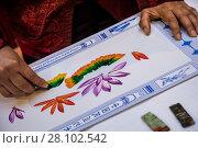 Купить «Китайский мастер, преемник китайского древнего стиля ручной росписи, занимается искусством каллиграфии на аллее в ГУМе в городе Москве, Россия», фото № 28102542, снято 25 февраля 2018 г. (c) Николай Винокуров / Фотобанк Лори