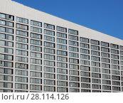Купить «Фрагмент монолитно-кирпичного дома переменной этажности (13-15 этажей). Апарт-комплекс «Лайнер-Восток». Ходынский бульвар, 2. Хорошевский район. Москва», эксклюзивное фото № 28114126, снято 27 февраля 2018 г. (c) lana1501 / Фотобанк Лори