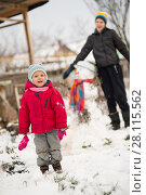 Купить «Children mold Snowman», фото № 28115562, снято 27 февраля 2018 г. (c) Типляшина Евгения / Фотобанк Лори