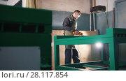 Купить «The worker grinding the steel mechanism on industry», видеоролик № 28117854, снято 10 декабря 2018 г. (c) Константин Шишкин / Фотобанк Лори