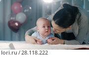 Купить «Mother plays with her baby», видеоролик № 28118222, снято 21 февраля 2018 г. (c) Илья Шаматура / Фотобанк Лори