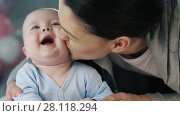 Cheerful baby with his mother. Стоковое видео, видеограф Илья Шаматура / Фотобанк Лори
