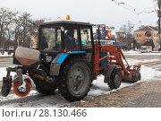 Купить «Трактор убирает снег на Театральной площади в городе Евпатории, Крым», фото № 28130466, снято 28 февраля 2018 г. (c) Николай Мухорин / Фотобанк Лори